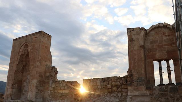 Hasankeyf'teki 36 metre yüksekliğindeki minare yeniden inşa edilmeye başlandı