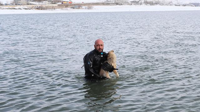 Kahraman polis: Buzları kırarak kurtardı