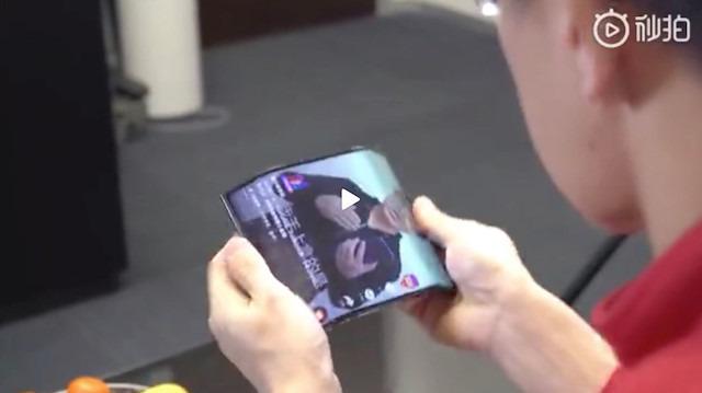 Xiaomi'nin esnek telefon konsepti her iki tarafa da katlanıyor
