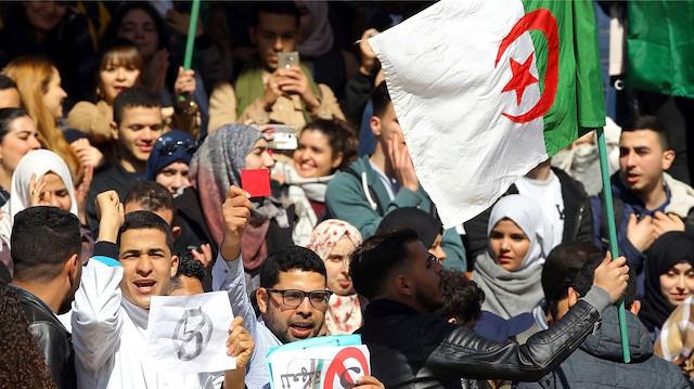 Cezayir'de Buteflika'nın istifası yetmedi