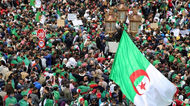 Cezayir anayasası mevcut krize çözümler sunuyor