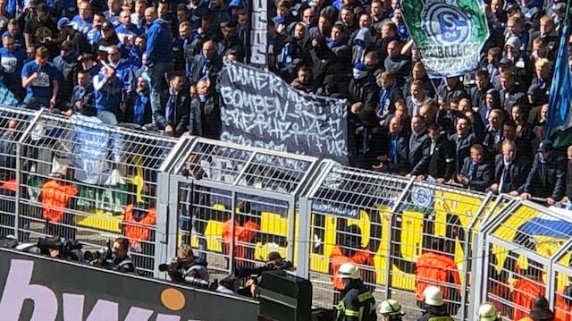 Schalke taraftarından Bartra'yı şoke eden pankart
