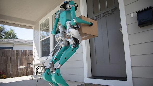 Ford, sürücüsüz otomobillerin içine yerleştirdiği paket teslim robotunu gösteriyor