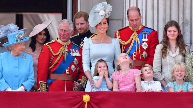 Kraliyet ailesinin resmi kıyafetleri ne anlama geliyor?