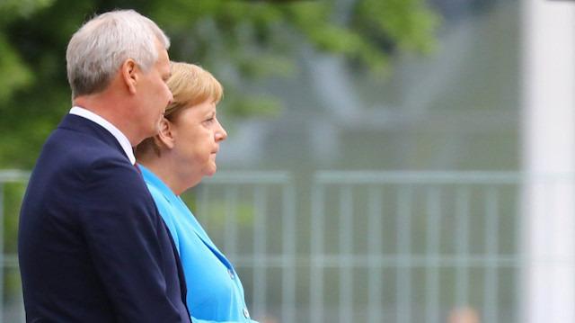 Merkel korkutmaya başladı: Üç haftada üçüncü kez titredi