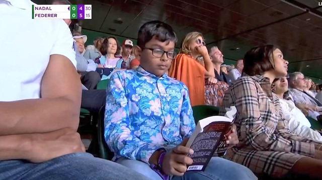Bu Hangi Seviye: Tarihi Federer - Nadal maçında kitap okuyan 'ilginç' çocuk