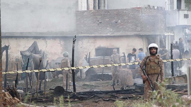 Pakistan'da askeri uçak evlerin arasına düştü