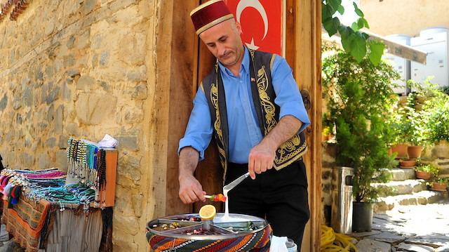 700 yıllık Osmanlı köyünde sokak macunu geleneğini yaşatıyor