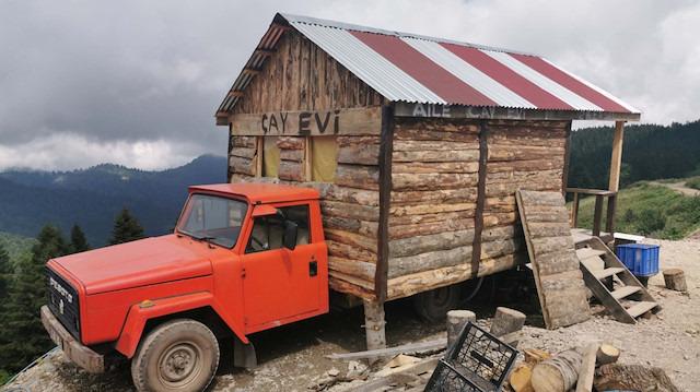 Kamyonetinin kasasına ahşap ev yaptı: Yaylaları dolaşıp çay satıyor