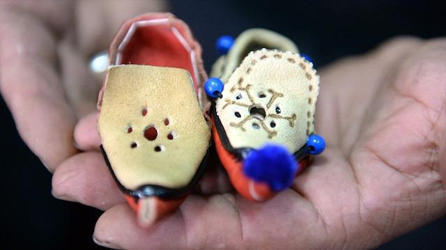 Tokat'a özgü ürettiği aynalı çarıkları yurdun dört bir yanına gönderiyor