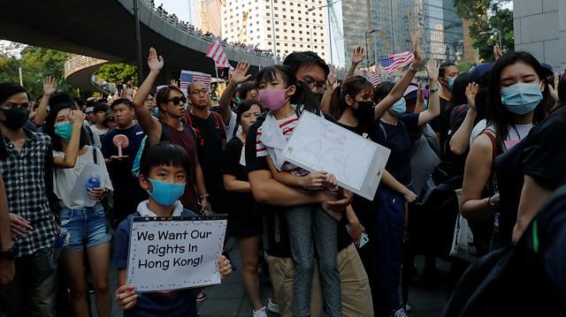 Çin'i kızdıracak hareket: ABD konsolosluğu önünde toplandılar