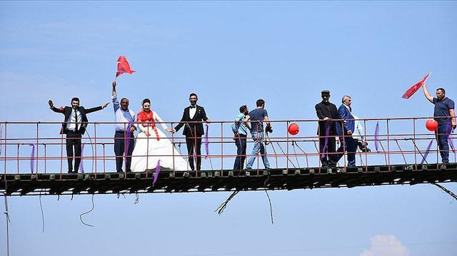 110 metrelik asma köprüde düğün yaptılar