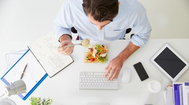 Ofis çalışanları dikkat: Çekmecenizden bu besinleri eksik etmeyin!