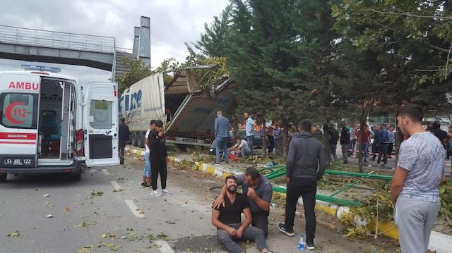 Sakarya Pamukova'da TIR durağa girdi: Ölü ve yaralılar var