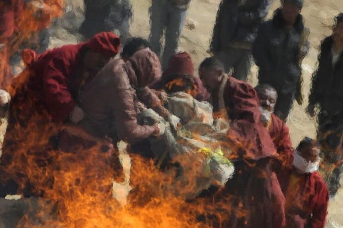 """""""Budist rahipler, Müslümanları yakıyor"""""""