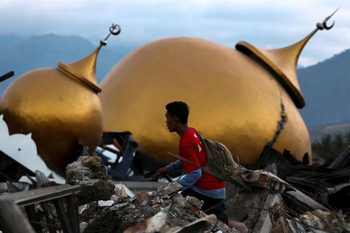Deprem ve tsunami Endonazya'yı sarstı