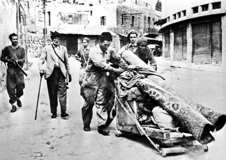Haganah militanlarınca (Arkada silah tutanlar) evlerinden çıkarılan Filistinliler.