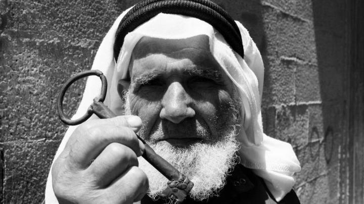 Evlerinden uzakta yaşayan Filistinliler, eve dönüş umutlarını, taşıdıkları anahtarlarla ifade ediyorlar.