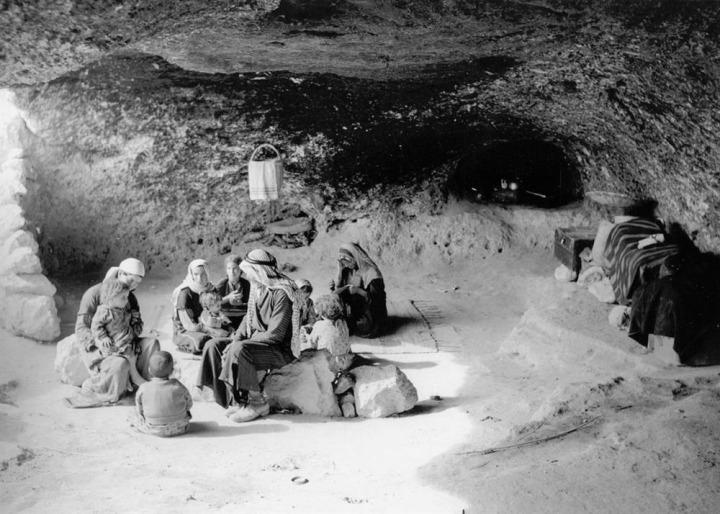 Sürgüne zorlandıktan sonra bir mağaraya sığınan Filistinli aile.