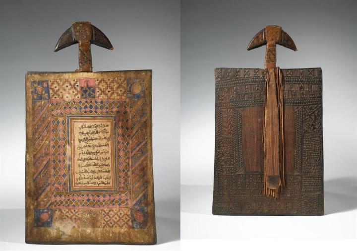 Fatiha süresi yazılı olan ve çevresi işlenmiş, Nijerya'ya ait bir tahta levha.