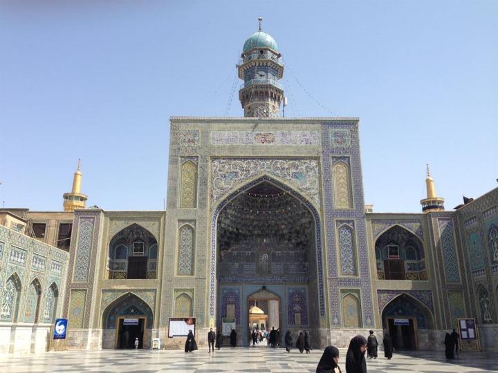 Külliyeye Şah Abbas döneminde ilave edilen saat kuleli taç kapı.