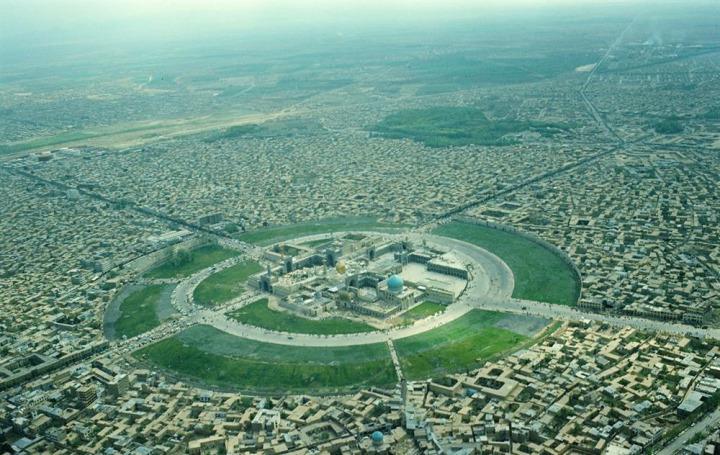 İmam Rıza Külliyesi'nin 1977 yılındaki görünümü. Muhammed Rıza Pehlevi'nin emriyle, külliye şehir merkezinden fiziki olarak ayrılmıştı.