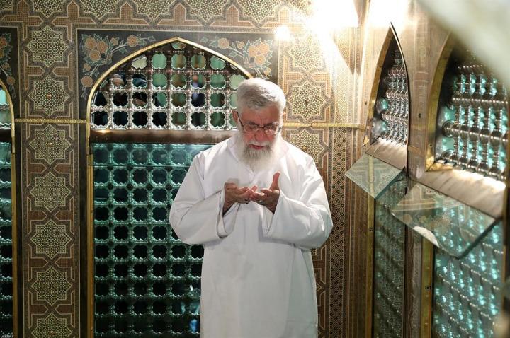İran Dini Lideri Ali Hamaney, İmam Rıza türbesinde dua ederken... Geçmişte olduğu gibi, günümüzde de, İranlı yöneticiler İmam Rıza figürünü siyasi meşruiyet kaynağı olarak kullanmaktadır.
