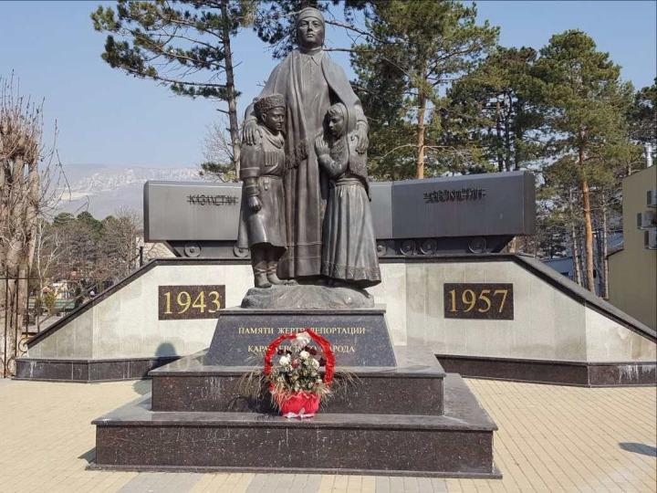 Karaçay-Çerkes Cumhuriyeti'nin Uçkeken bölgesinde sürgünün anısına yapılmış heykel.