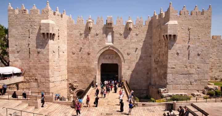 Şam Kapısı, Kudüs surlarındaki en gösterişli ve en büyük kapıdır.
