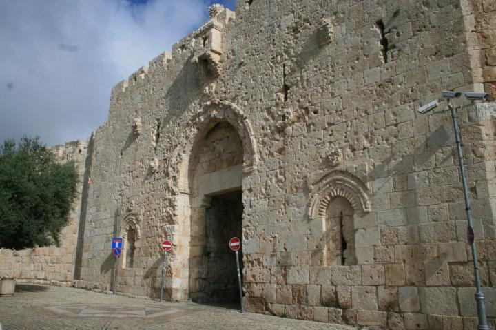 1967'deki işgal sırasında yaşanan çatışmaların izi, kapının cephesinde bugün de görülmektedir.