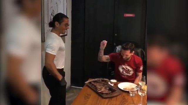 Nusret bu kez Messi'yi elleriyle besledi