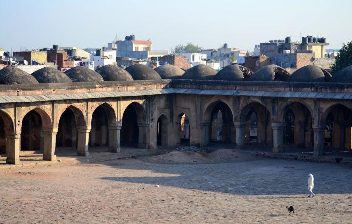Firuz Şah Tuğluk zamanında Delhi'de inşa edilen Begumpur Camii'nin medrese kısmından günümüze kalan bölüm.