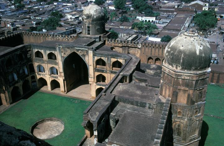 Hindistan'ın Bidar kentinde Behmenîler döneminde (1463 civ.) inşa edilen Mahmud Gavan Medresesi.