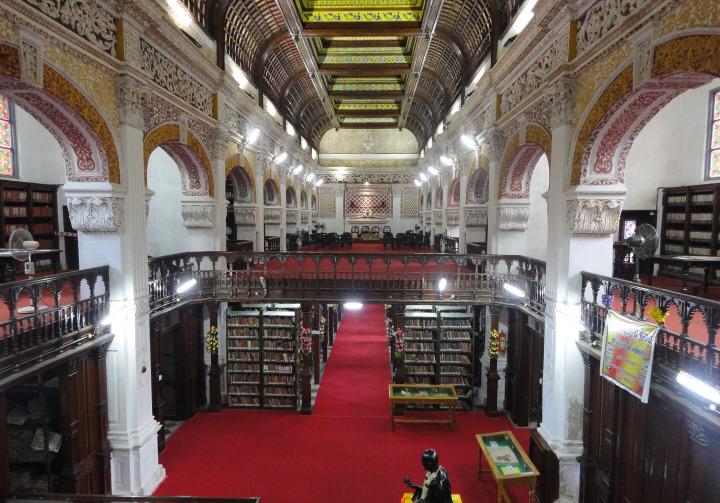 Chennai kentinde 1896'da kurulan halk kütüphanesi. İngilizler, Hindistan'ı yönetimleri altına aldıktan sonra, medrese geleneğine alternatif oluşturacak geniş bir yapılanma ortaya koydular.