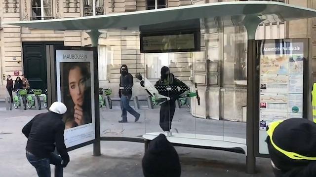 Uzun uğraş sonucu otobüs durağının camlarını tuzla buz etti