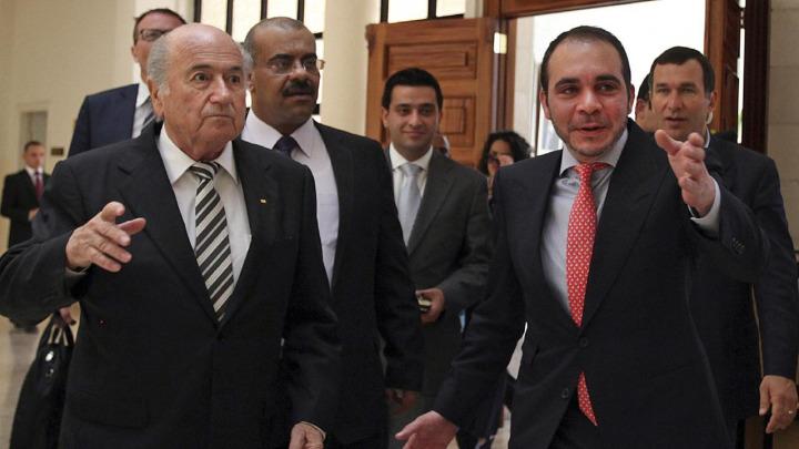 Prens Ali bin Hüseyin (sağda) 2016 yılında FIFA başkanlık seçimi için başvuru yapmış ama kazanamamıştı.