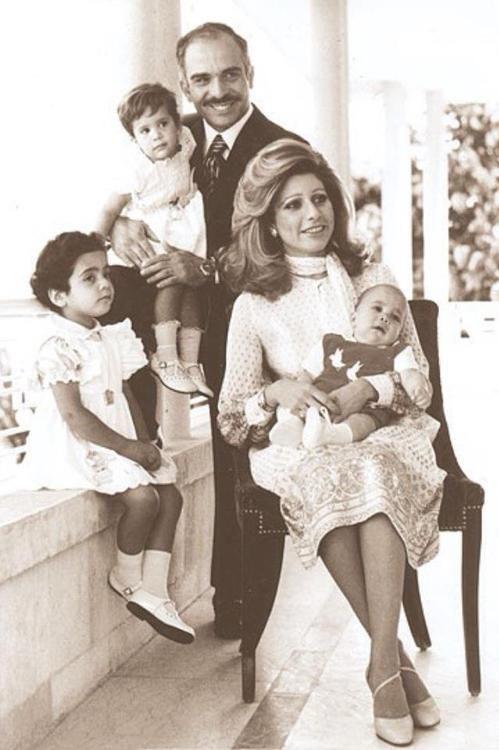 Kral Hüseyin üçüncü eşi Aliya Tokan ve çocukları Ali (annesinin kucağında), Haya ve Abir Muhaisen ile birlikte.