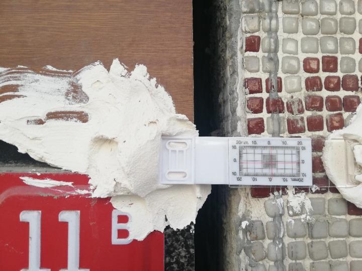Çatlak oluşan binalardaki çatlaklar ölçüm aletleriyle tespit ediliyor.