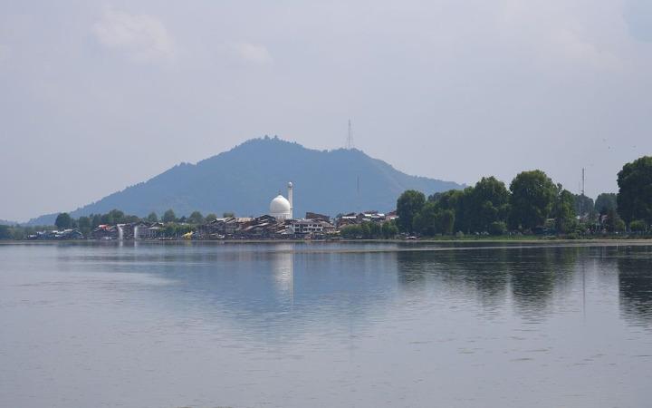 Dal Nehri kıyısında yer alan Hazratbal camisinin uzaktan görünüşü.