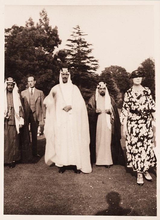 Prens Saud bin Abdülaziz merkezde, Hafız Wahba solda ve prensin biraz arkasında, Leydi Evelyn de Wahba'nın solunda biraz önde duruyor.