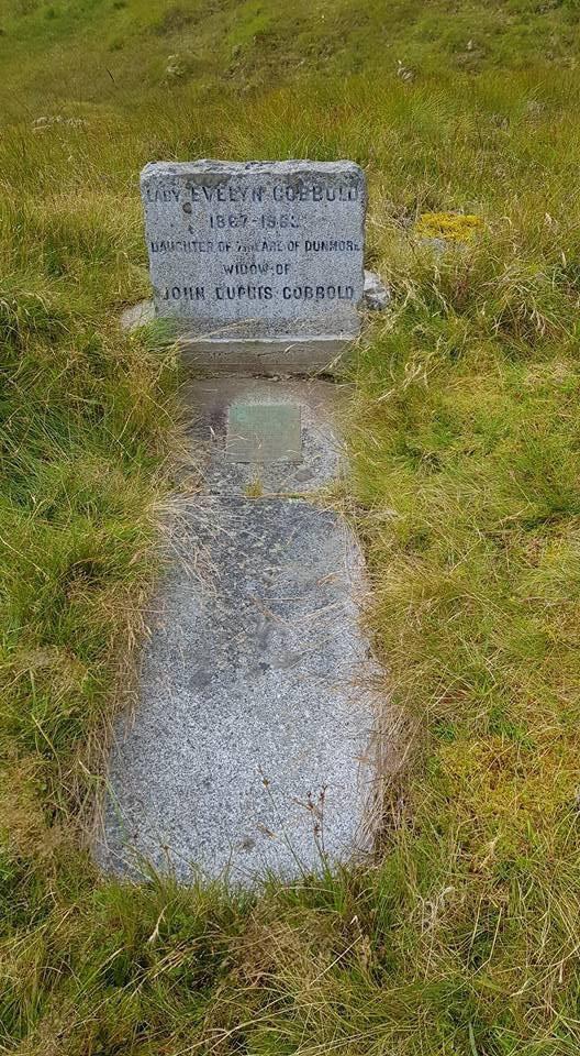 Lady Evely Cobbold'ın mezarı.