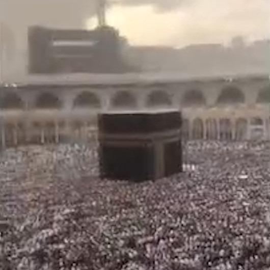 Sağanak yağış altında Kabe'yi tavaf eden Müslümanlar