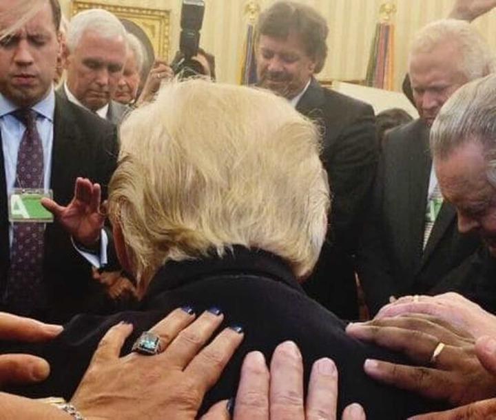 Donald Trump'ın oval ofiste verdiği bu poz gündemi uzun süre meşgul etmişti.