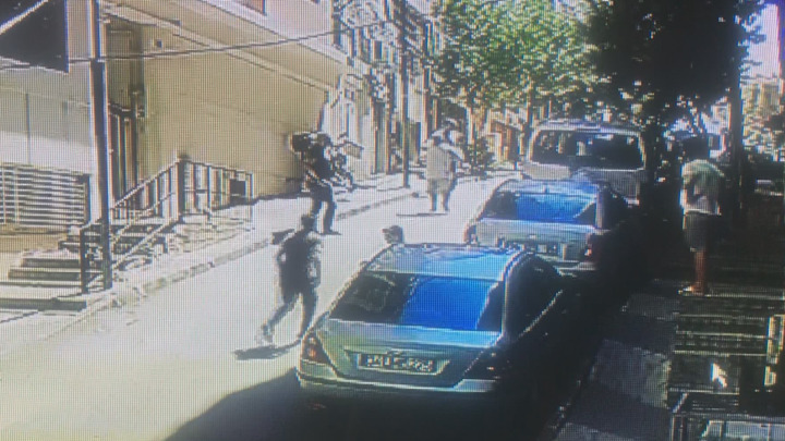 Şişli'de 16 yaşındaki uyurgezer gencin, dördüncü kattan bir arabanın üzerine düştüğü anlar güvenlik kameralarına böyle yansıdı.
