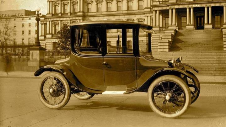İlk elektrikli otomobil görünüm itibariyle oldukça sempatik. Performans konusundaki gelişmeler kullanıcılar için daha önemli olsa da; elektrikli otomobillerin sempatikliğini kaybetmemesi şart.
