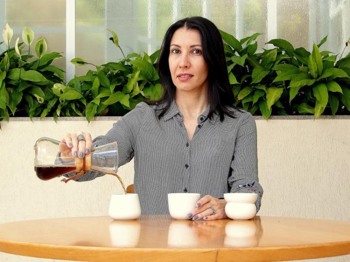 Profesörler, aslında insanların bardak türüne, rengine hatta desenine göre kahve tadının farklı algılanabileceğini belirtiyor.