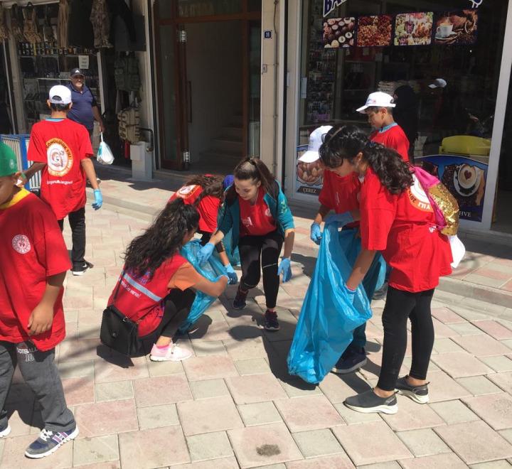Ağrı'nın Doğubayazıt ilçesinde Gençlik ve Spor İlçe Müdürlüğü koordinesinde bir araya gelen gönüllü gençler, çevre temizliği konusunda farkındalık oluşturmak amacıyla kampanya başlatmıştı.