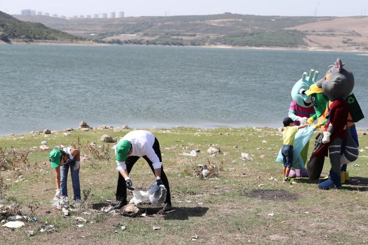Başakşehir Belediye Başkanı Yasin Kartoğlu, temiz çevre ve sıfır atık projelerine dikkat çekmek amacıyla çocuklar ve Başakgiller'le birlikte Sazlıdere Barajı'nda piknikçilerin çevreye bıraktığı çöpleri topladı.