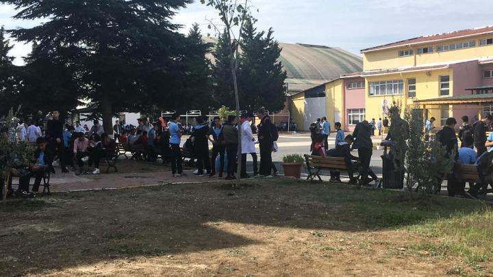 İstanbul;'da hissedilen depremin ardından öğrenciler dışarı çıkarıldı.