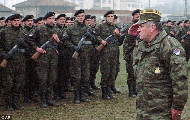 """Nisan 1992'de Sırplar, Bosna Hersek'te etnik temizliğe başladı. Tam bir yıl sonra Birleşmiş Milletler Güvenlik Konseyi Srebrenitsa'yı """"güvenli bölge"""" ilan etti"""